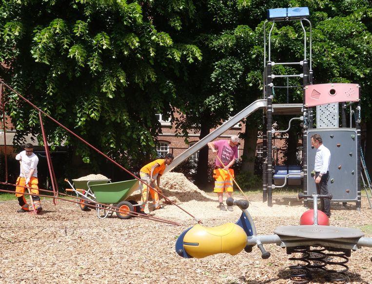 Schepen van Jeugd Dirk Vansina (CD&V) ging vandaag een kijkje nemen op een speelterrein dat in orde wordt gebracht door de stadsdiensten.