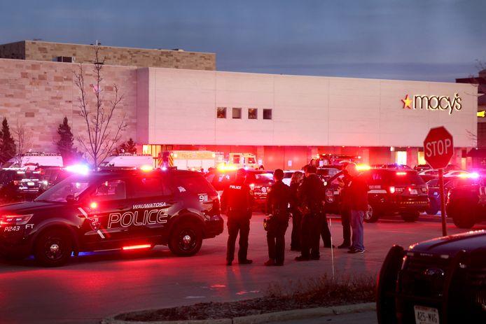 De politie heeft de omgeving rond het Mayfair winkelcentrum in Wauwatosa afgezet.
