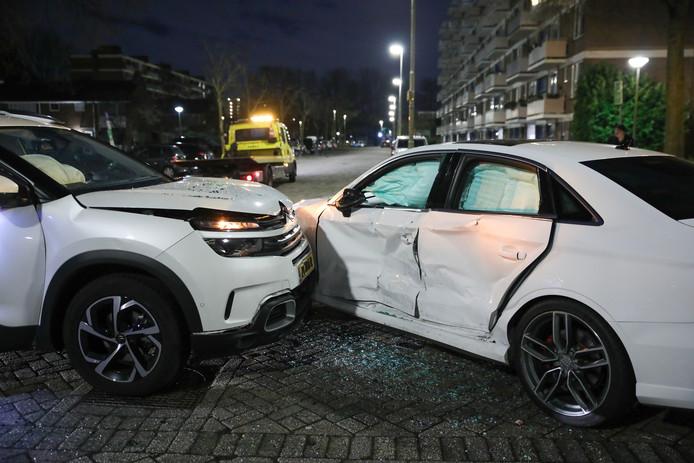 De auto's raakten flink beschadigd bij de botsing.