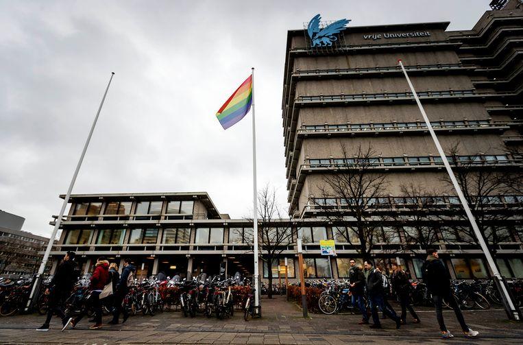 Een regenboogvlag bij het gebouw van de Vrije Universiteit Amsterdam.  Beeld Hollandse Hoogte /  ANP