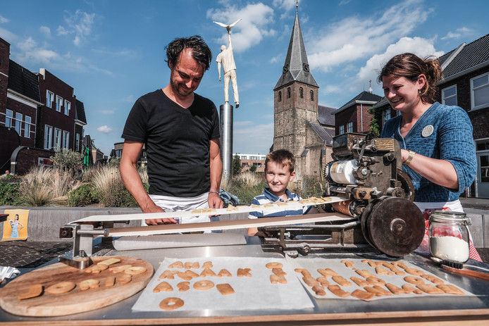 Krijn (links) helpt de kinderen met bakken.