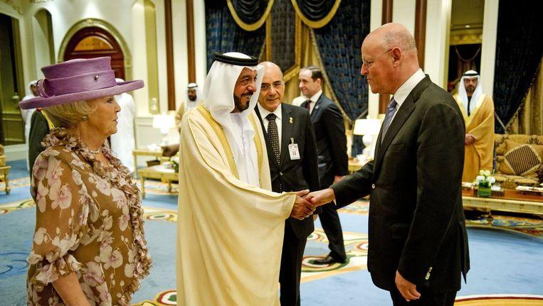 Minister Uri Rosenthal (R) van Buitenlandse Zaken wordt in aanwezigheid van koningin Beatrix welkom geheten in de Verenigde Arabische Emiraten door sjeik Khalifa bin Zayed Al Nahayan, president van de Verenigde Arabische Emiraten en tevens de emir van Abu Dhabi. Beeld anp