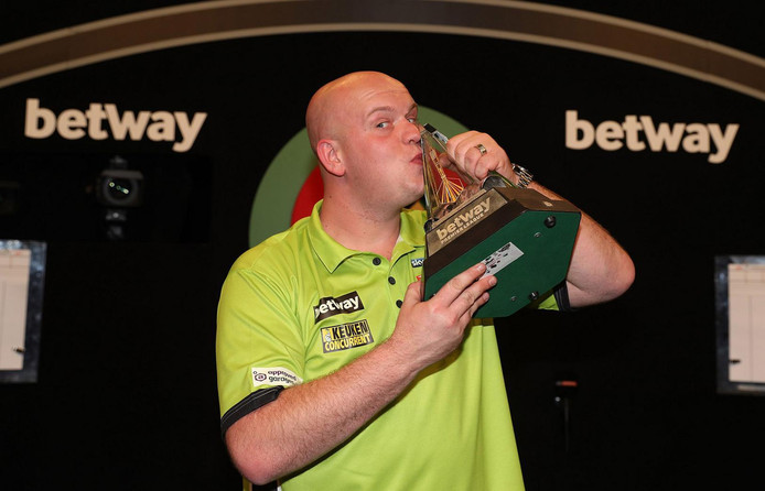 Michael van Gerwen met de trofee.