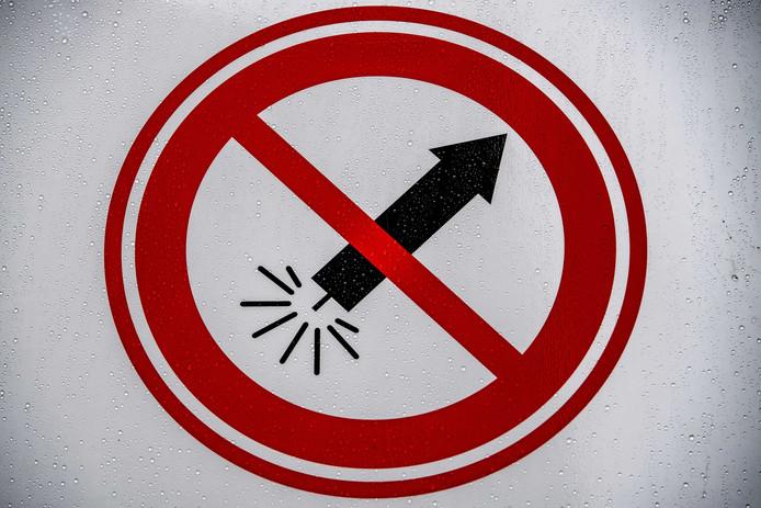 2018-12-21 13:13:55 ROTTERDAM - Waarschuwingsborden voor vuurwerkvrije zones op diversen plekken in Rotterdam. In deze zones mag tijdens de jaarwisseling geen vuurwerk woren afgestoken. een vuurwerk verbod , verbieden zone waar consumenten geen vuurwerk mogen afsteken op oud jaarsavond .  ROBIN UTRECHT