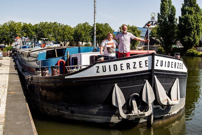 Maja en Pieter Klein van de Zuiderzee liggen gevangen in de Deventer haven.