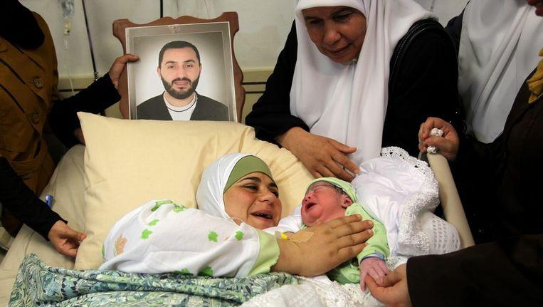 De eerste IVF-baby van een Palestijnse vrouw en haar tot levenslang veroordeelde man Beeld EPA