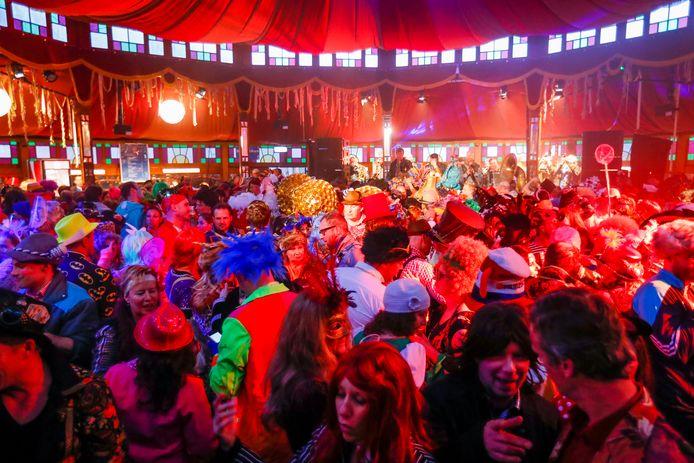 Feestdrukte in tent Wilhelminaplein Eindhoven