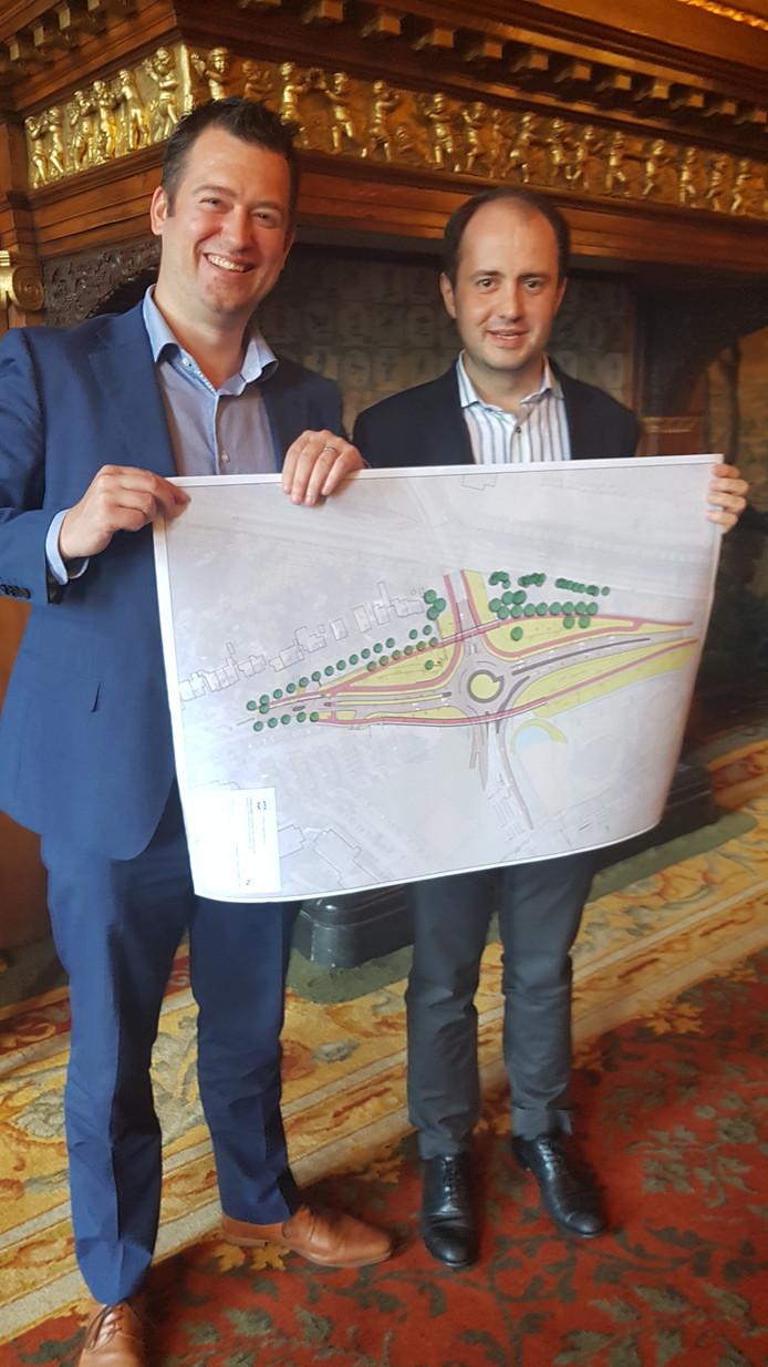 Wethouders Toine van de Ven (links) en collegawethouder Ufuk Kâhya presenteerden vanmiddag de rotondeplannen