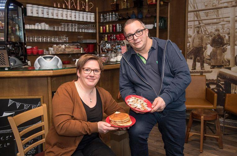 Uitbaters Marijke Paelinck en Gunther Maes met een staaltje van hun ruime assortiment.
