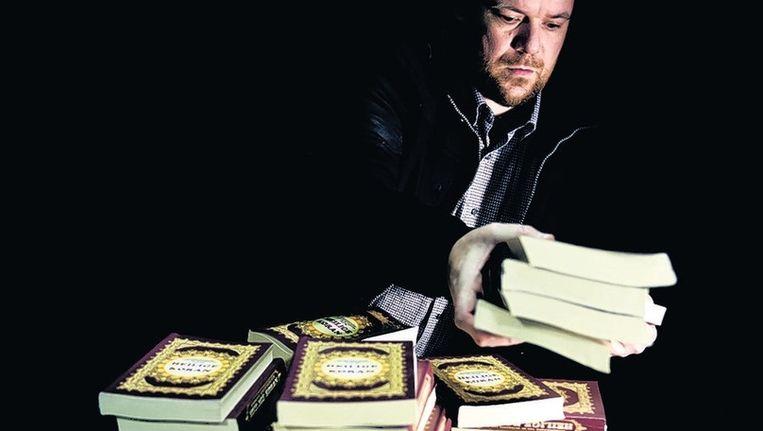 Van der Blom met de eerste exemplaren. Beeld Trouw / Robin Utrecht