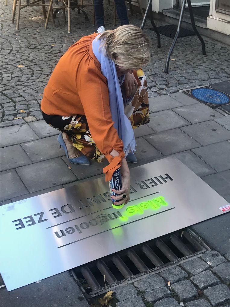 Schepen Hilde Vautmans tijdens haar actie in de zomer 'Hier begint de zee'. De actie om niets in de riolen te gooien, is blijkbaar niet van kracht tijdens carnaval.