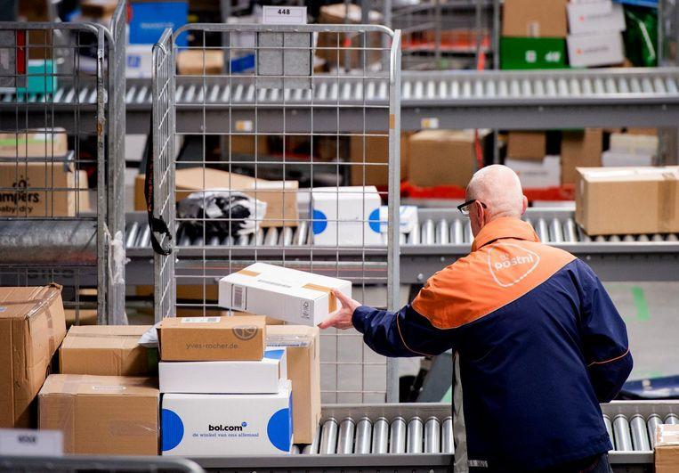 Een sorteer- en distributiecentrum van PostNL. Beeld ANP, Robin van Lonkhuijsen