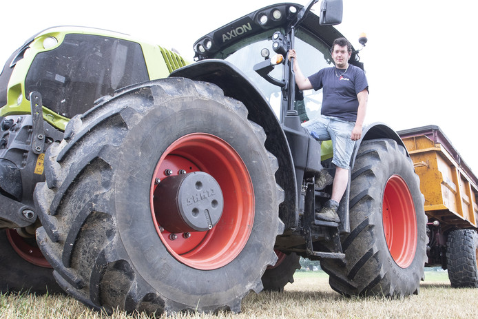 Tijs te Woerd bij zijn tractor met dumper waarachter een fietser een staaltje bumperkleven ten beste gaf