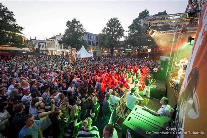 Salsaschool Rico Latino verzorgt net als vorig jaar de tweede avond in de reeks Grolsch Summer Sounds op de Oude Markt