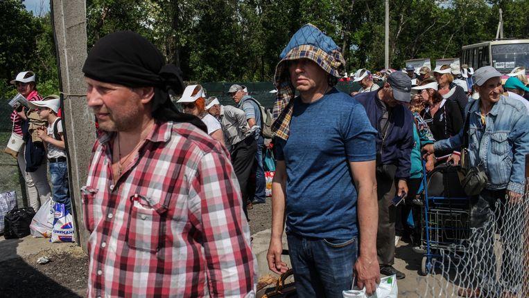 Wachtenden bij de grens tussen Oekraïne en rebellengebied. Beeld Oleksandr Techynskyi