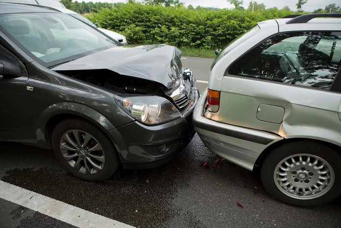 Schade na de botsing op de N317 bij Doesburg.