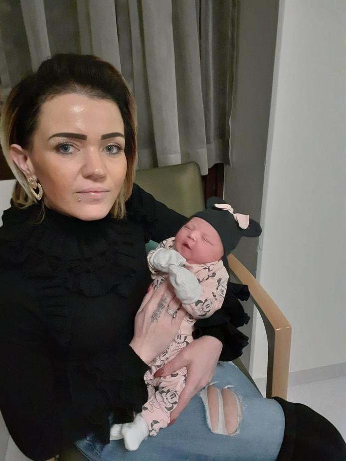 Zara-Lizzy in de armen van tante Sharona op de dag van haar geboorte.