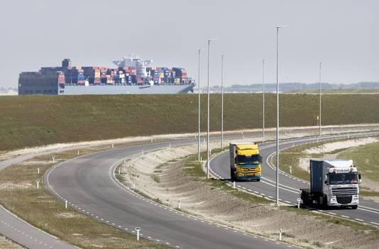 Vrachtwagens op de Maasvlakte in Rotterdam.