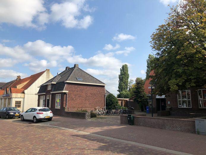 Op deze plek aan de Kerkstraat in Zeeland wordt het nieuwe dorpshuis gerealiseerd. Uiterst rechts (achter de boom) het parochiehuis waarin de bibliotheek is gevestigd.