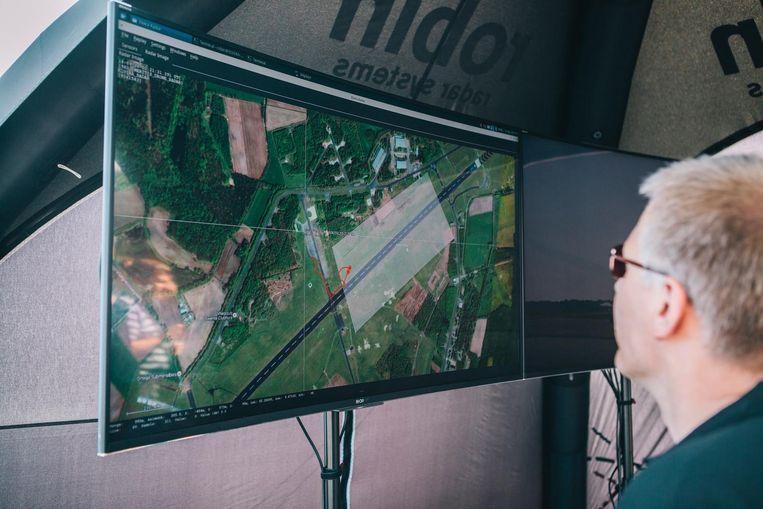 Robin Radar Systems volgt een drone op de computer. Beeld Marcel Wogram