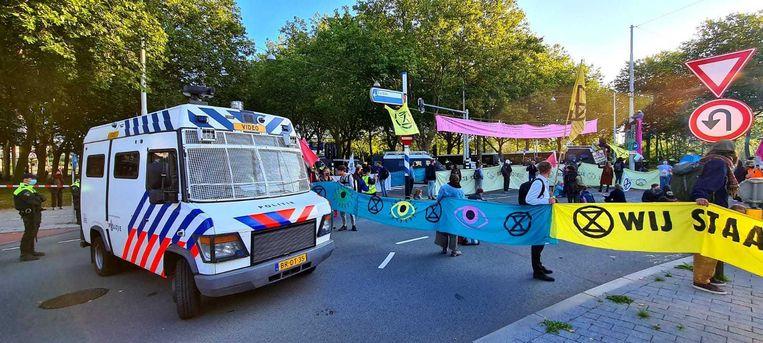 De politie gaat de actievoerders op de Zuidas verwijderen als zij niet zelf vertrekken. Beeld Het Parool