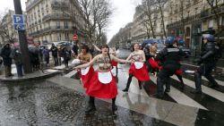 Ook Femen smijt zich in bitsige betoging tegen Hollande