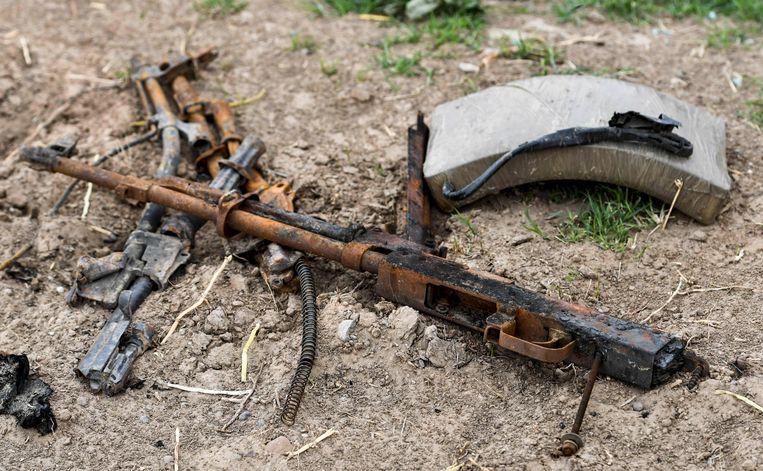 Een verroeste kalasjniknov en een van de vele gedumpte bommengordels.