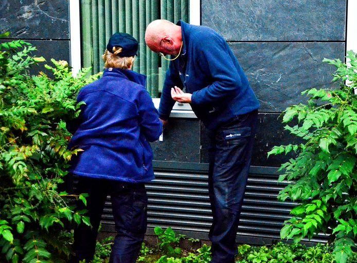 De politie doet onderzoek in de omgeving van de schietpartij.
