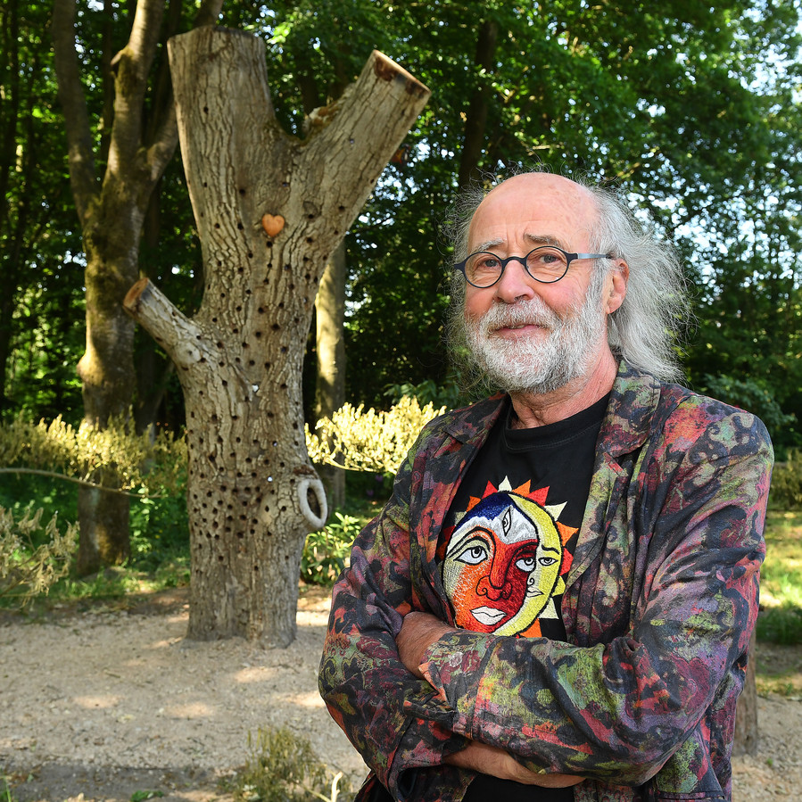 Hein Aldenhoven bij de wensboom.