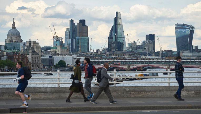 Uitzicht op de wolkenkrabbers van de City vanaf Waterloo Bridge. Beeld afp