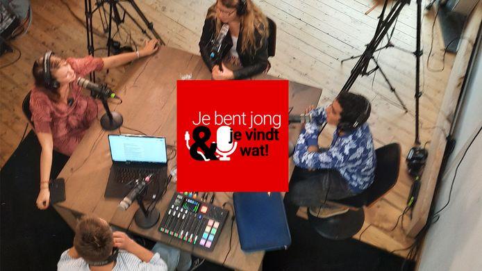 Willemijn Eekhof (l), Mila Duterloo, Nassreddin Taibi en presentator Roel Maalderink tijdens de opnames van 'Je bent jong en je vindt wat!'.