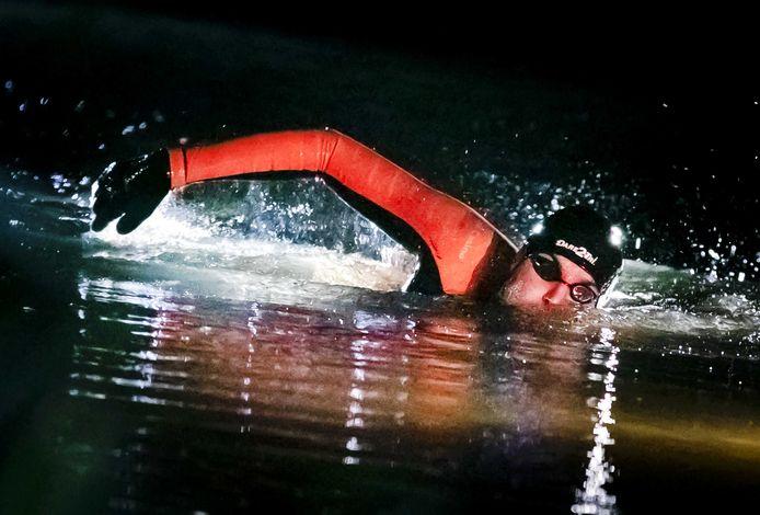Zwemmer Maarten van der Weijden in het holst van de nacht onderweg tijdens zijn monstertocht langs de elf Friese steden.