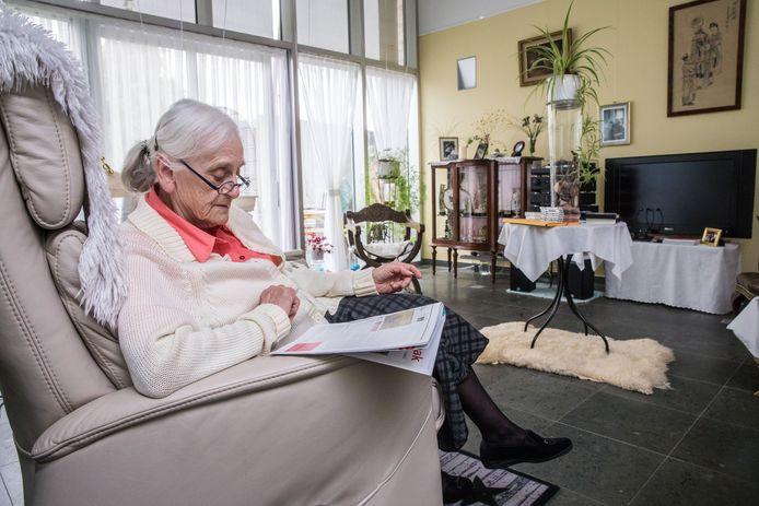 Archiefbeeld - In een lokaal dienstencentrum kunnen ouderen onder meer de krant lezen.