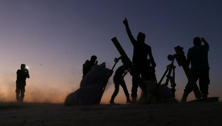 Rebellen juichen bij gevechten tegen IS in Dabiq. Beeld AFP