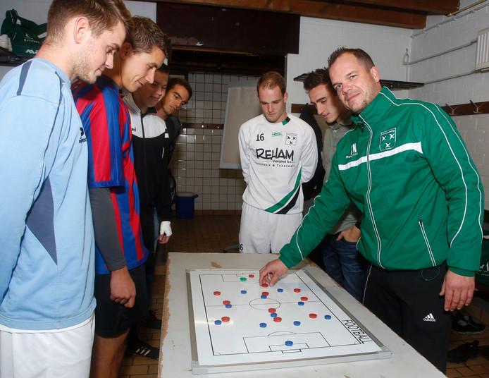 Zaamslag-trainer Tom Nieuwelink (rechts).