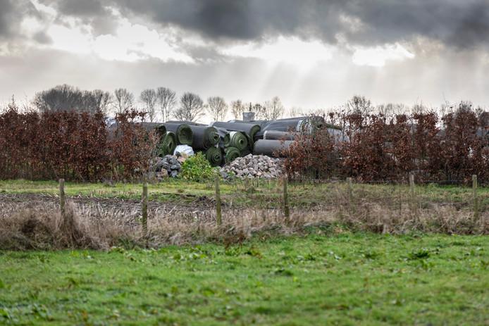 De opgeslagen kunstgrasmatten in Velddriel.