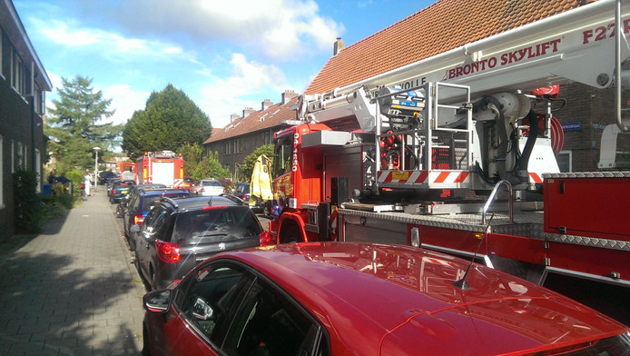 Brand in Korenbloemstraat in Zwolle. De brandweer had grote moeite om bij het betreffende huis te komen.