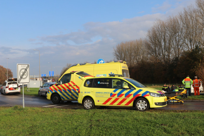 Politie en ambulancemedewerkers hebben de gewonde man geholpen na het ongeluk.
