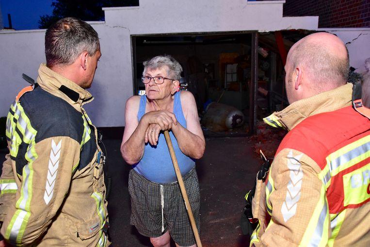 Palmer Volon (82) in gesprek met de brandweer.