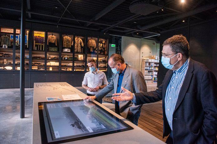 Breda - Raadsleden bezoeken het Maczek Memorial.