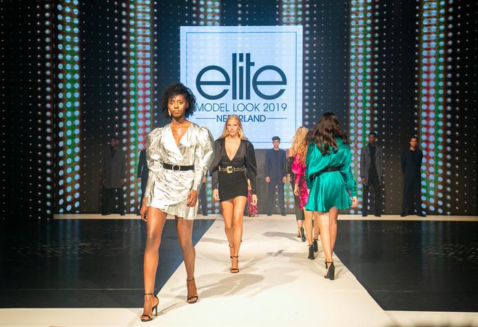 Nynke van der Hauw (in het zwart) op de catwalk van de Elite Model Look Nederland 2019.
