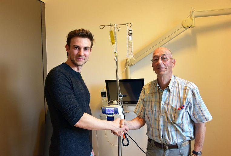 Maarten Nulens uit 'Gevoel voor Tumor' schudt de hand van patiënt Gerard Van Dun.
