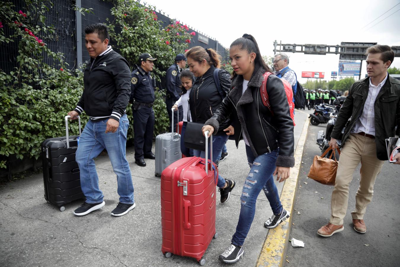 Veel passagiers moesten het vliegveld lopend zien te bereiken.