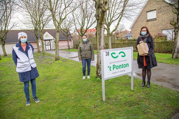 Hanne Bossaer en Isabelle Vande Walle van AZ Damiaan overhandigen kerstkaartjes aan Connie Depotter van 't Ponton.