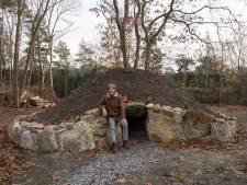 Hendrik (58) uit 't Harde bouwde een hunebed in zijn tuin en dat was niet bepaald gratis