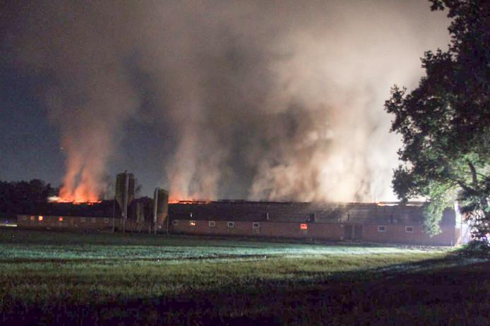 Grote uitslaande brand in schuur in Deurne.