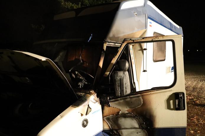 Een camper brandde uit op een parkeerplaats aan de Steenweg in Heusden.