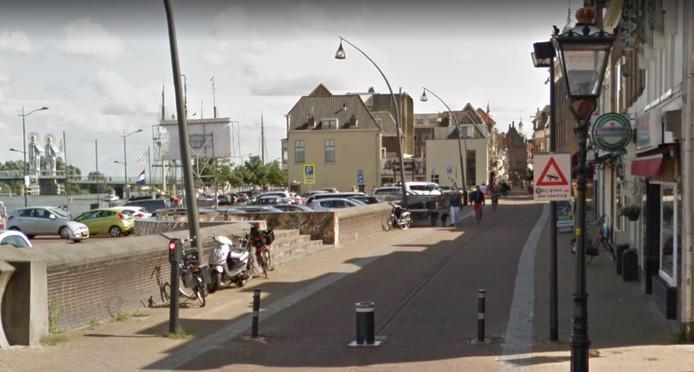 De pollers in Kampen, zoals hier op de Oudestraat bij het Van Heutszplein, blijven voorlopig in de grond.