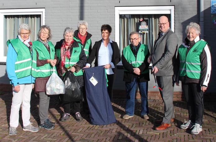 De eerste opruimset voor zwerfafval is donderdag in gebruik genomen in Lewedorp. Wethouder Kees Weststrate (tweede van rechts) overhandigde er een aan de leden van wandelclub WZC bij dorpshuis De Zandlôôper.