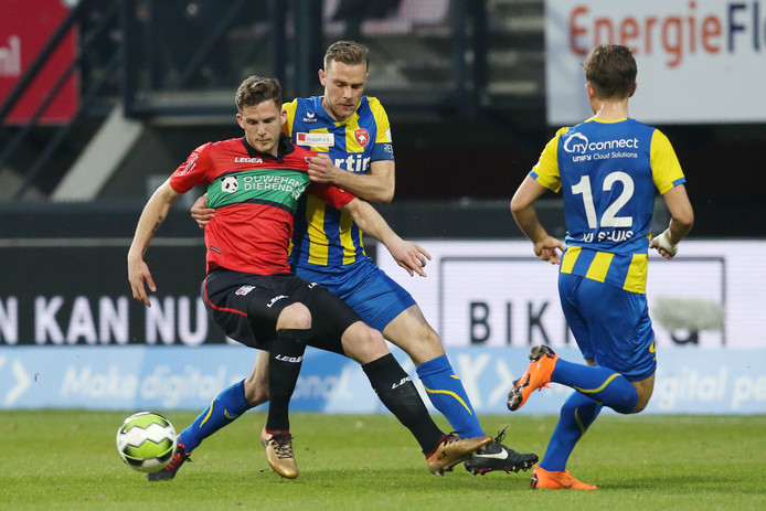 NEC-speler Kevin Jansen in duel met Rick Stuy van den Herik van FC Oss.